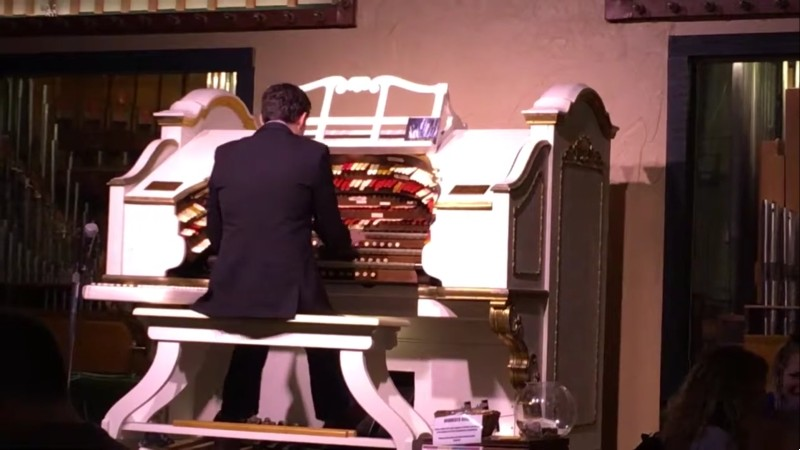 The mighty Wurlitzer in action at Organ Piper Pizza