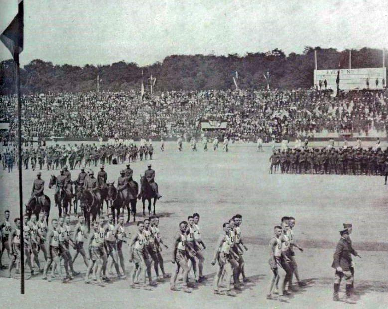 The American team at the opening ceremony of the 1919 Inter-Allied Games. (Photo via Wikicommons https://en.wikipedia.org/wiki/Inter-Allied_Games#/media/File:L'%C3%A9quipe_am%C3%A9ricaine_%C3%A0_la_c%C3%A9r%C3%A9monie_d'ouverture_des_Jeux_Interalli%C3%A9s_de_1919.jpg)