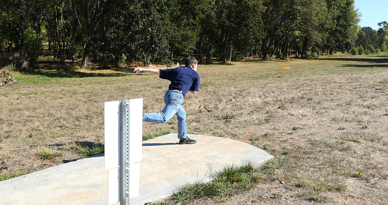 A disc golfer begins a hole at the Stewart Pond course in Oregon. (Photo by Bureau of Land Management Oregon and Washington via Flickr/Creative Commons https://flic.kr/p/Zjen6D)