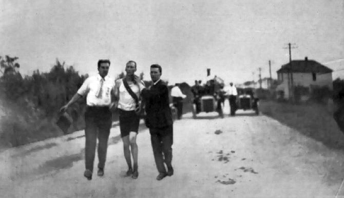 Tom Hicks, Marathon Olympic Champion and his supporters at the marathon. St. Louis Olympic Games, 1904. via Wikicommons https://commons.wikimedia.org/wiki/File:Marathon_Hicks1904.jpg