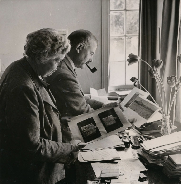 Agatha Christie and Max Mallowan at their Winterbrook House, 1950. According to National Portrait Gallery, London, the photographer is unknown. Public Domain, https://commons.wikimedia.org/w/index.php?curid=98791450