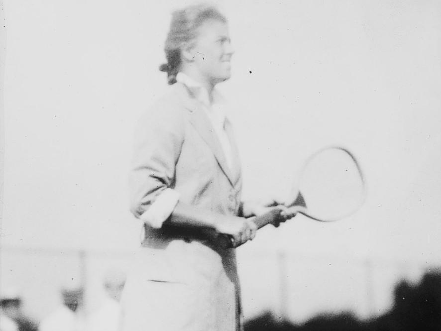 Eleonora Sears playing tennis. (Photo: Bain News Service, publisher, Public domain, via Wikimedia Commons https://commons.wikimedia.org/wiki/File:Eleanor_Sears_LCCN2014686060.jpg)